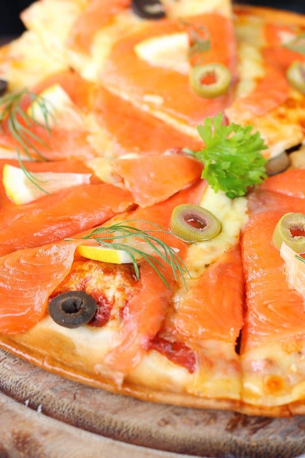 Parte Salmon da pizza decorada imagem de stock royalty free