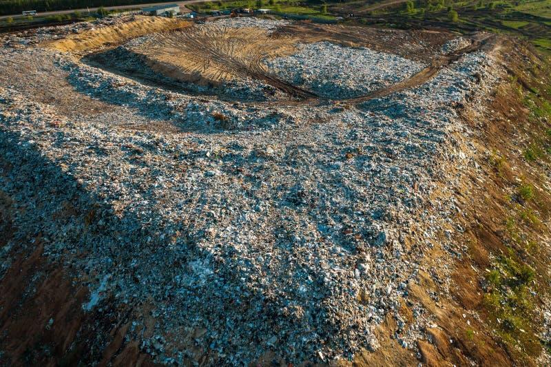 Parte superior aérea abaixo da ideia da descarga de lixo da cidade Pilha do lixo plástico, desperdício de alimento, operação de d imagens de stock royalty free