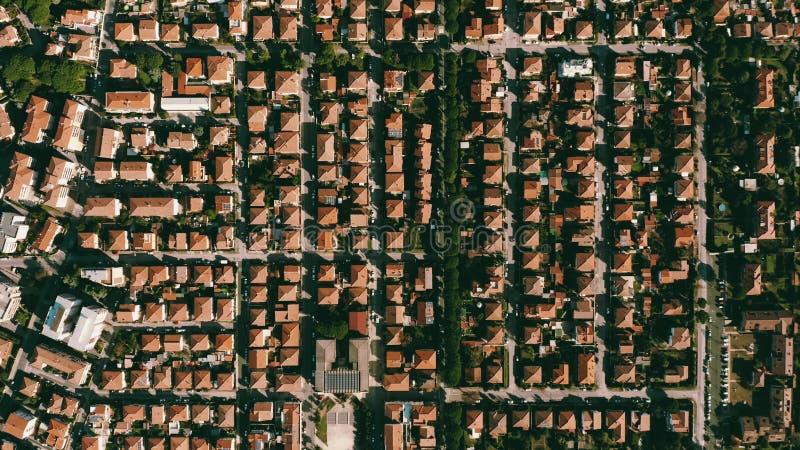 Parte superior aérea abaixo da vista das casas e do teste padrão das casas de campo em Rosignano Solvay Toscânia, Italy imagens de stock royalty free