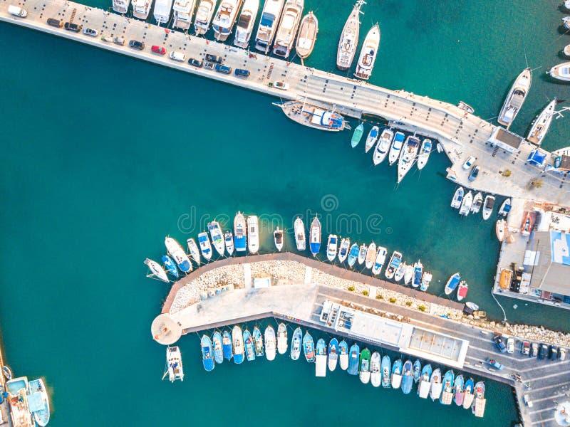 Parte superior aérea abaixo da vista do barco amarrada no porto novo de Limassol imagem de stock