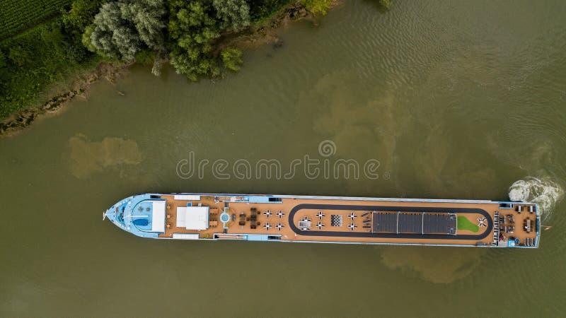Parte superior aérea abaixo da vista do barco a motor do turismo no rio vinhedo de Garona, Bordéus imagem de stock royalty free