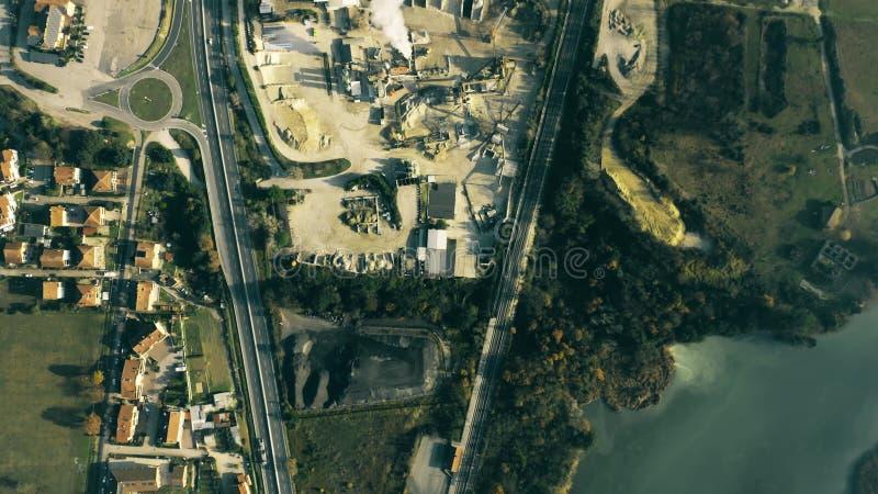 Parte superior aérea abaixo do tiro da área industrial, do rio e da estrada em Úmbria, Itália imagens de stock royalty free