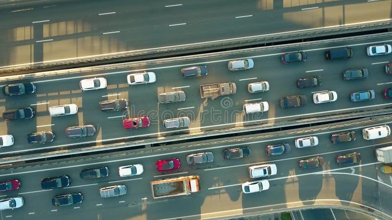 Parte superior aérea que desce para baixo o tiro de um engarrafamento em uma estrada da cidade nas horas de ponta imagem de stock