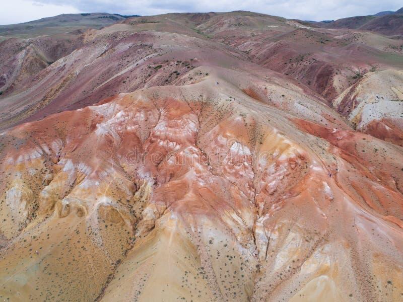 A parte superior aérea vê para baixo nas montanhas do arco-íris de Zhangye que indicam o teste padrão colorido imagem de stock royalty free