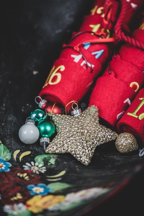 Parte superior abaixo da vista de suportes doces do advento com datas de dezembro nelas fotografia de stock
