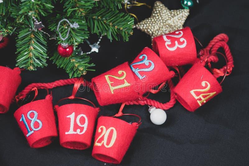 Parte superior abaixo da vista de suportes doces do advento com datas de dezembro nelas imagem de stock