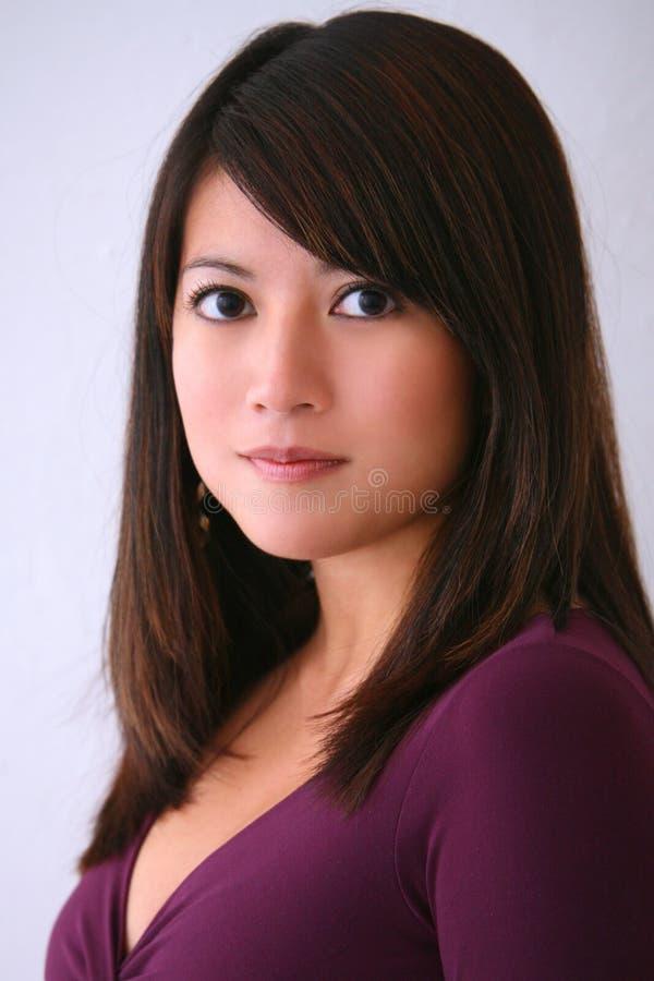 Parte superior asiática do roxo da mulher fotos de stock
