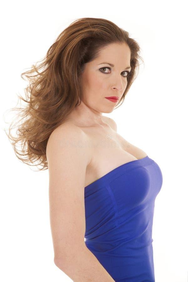 Parte superior azul da mulher que olha séria foto de stock royalty free