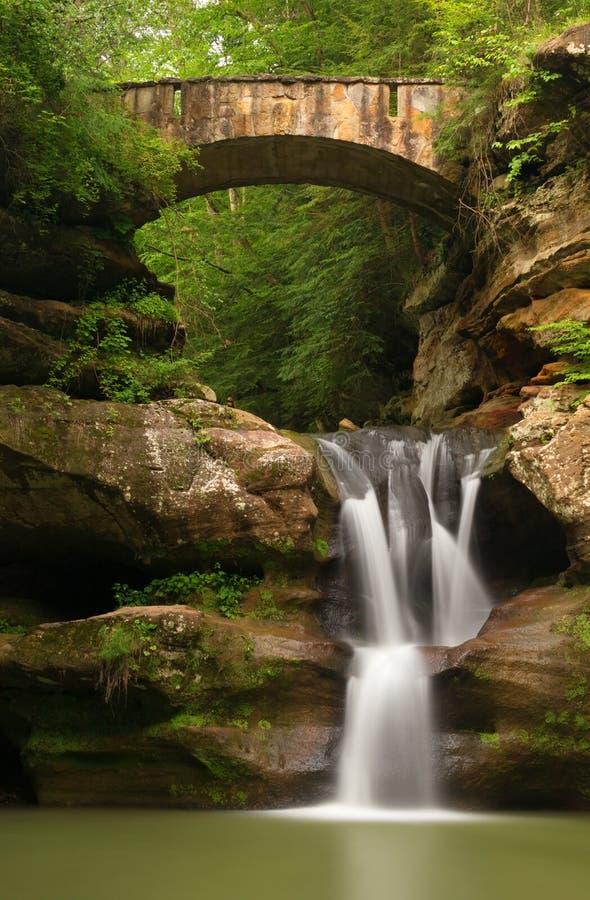 A parte superior bonita cai na caverna do ancião, montes parque estadual de Hocking, Ohio foto de stock royalty free