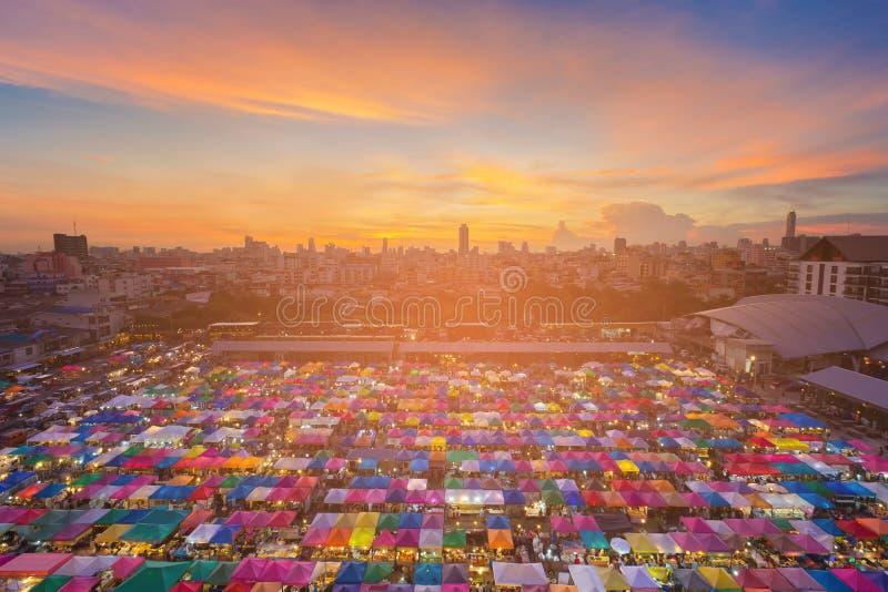 Parte superior bonita e cidade do telhado do mercado de opinião aérea do por do sol do centro imagens de stock royalty free