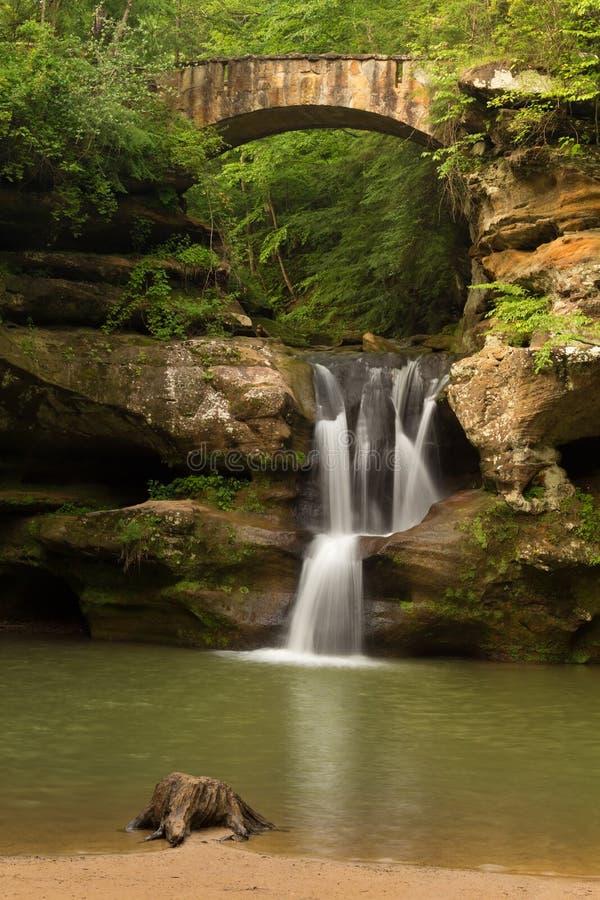 A parte superior cai na caverna do ancião, montes parque estadual de Hocking, Ohio fotografia de stock