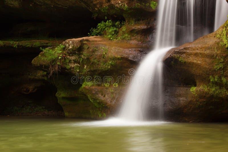A parte superior cai na caverna do ancião, montes parque estadual de Hocking, Ohio foto de stock