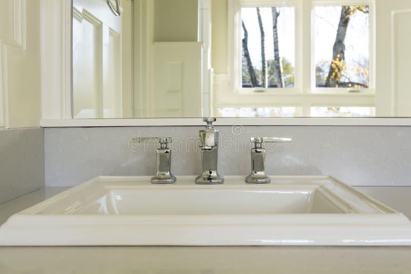 Parte superior contrária e dissipador no banheiro mestre de gama alta foto de stock royalty free