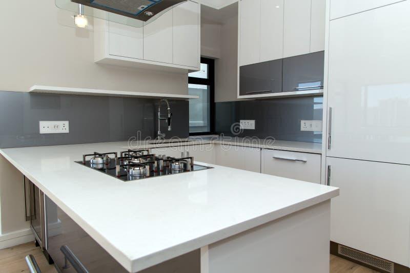 Parte superior contrária moderna de cozinha fotografia de stock royalty free
