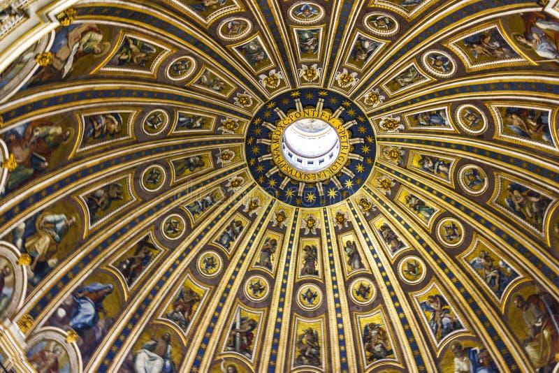 Parte superior da abóbada da basílica papal de St Peter no Vaticano, decoração interior foto de stock