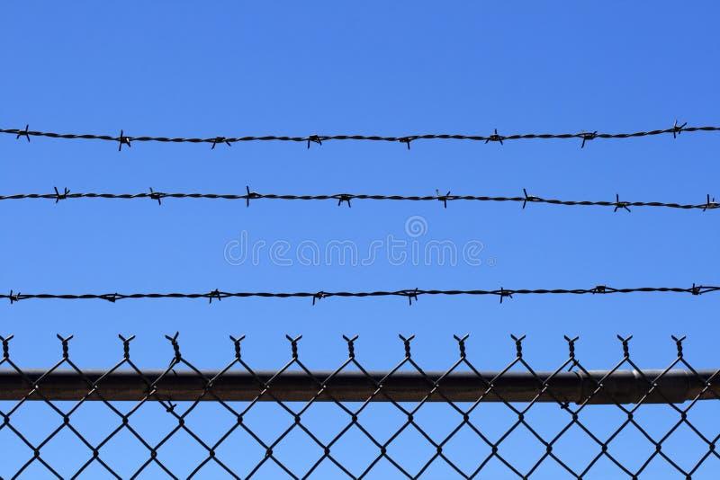 Parte superior da cerca de fio da farpa imagens de stock