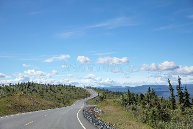Parte superior da estrada do mundo, Alaska perto da beira canadense fotos de stock