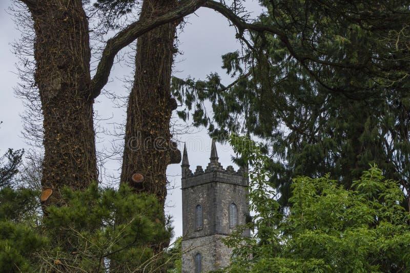 Parte superior da igreja do monte e através das árvores imagens de stock