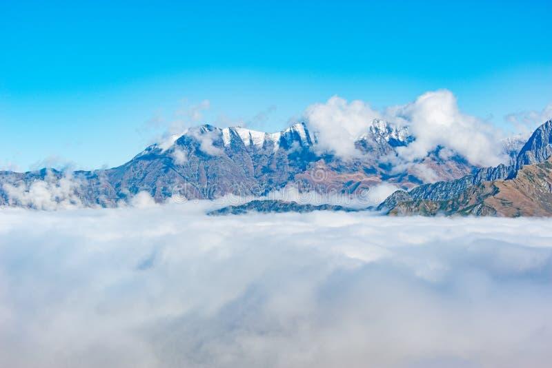 Parte superior da montanha acima das nuvens imagem de stock royalty free