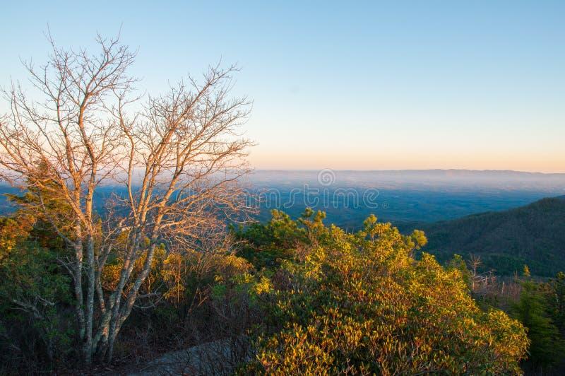 Parte superior da montanha de Hawskbill em Ridge Parkway azul no por do sol imagem de stock