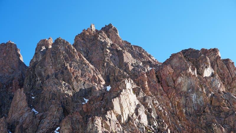 Parte superior da montanha rochosa Você pode ver pessoas pequenas Escalada dos montanhistas ? parte superior fotos de stock royalty free
