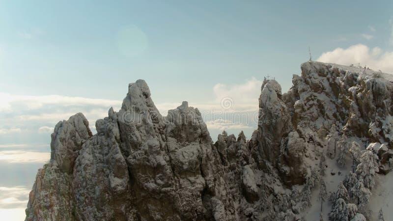Parte superior da montanha sob a neve e o céu azul tiro Panorama do inverno da montanha Vista superior do monte alto sob o céu foto de stock
