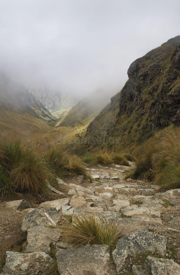 Parte superior da opinião da passagem da mulher da morte em Inca Trail foto de stock