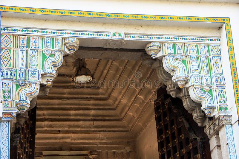 Parte superior da porta no palácio da cidade, Udaipur fotos de stock