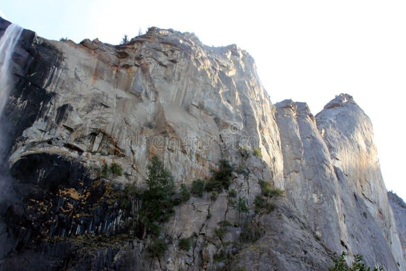 Parte superior da queda de Bridalveil com as rochas na esquerda, parque nacional de Yosemite, Califórnia imagens de stock royalty free