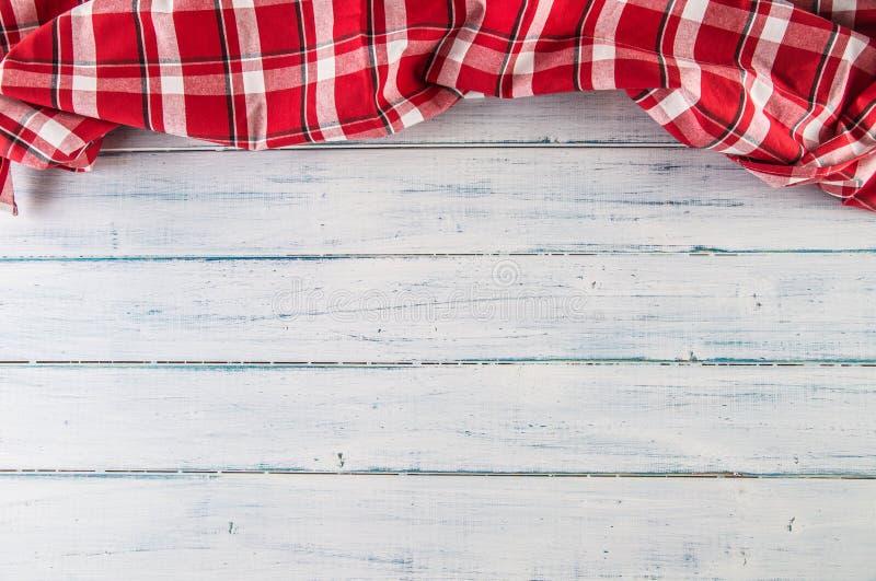 Parte superior da toalha de mesa quadriculado vermelha da vista na tabela de madeira fotografia de stock royalty free