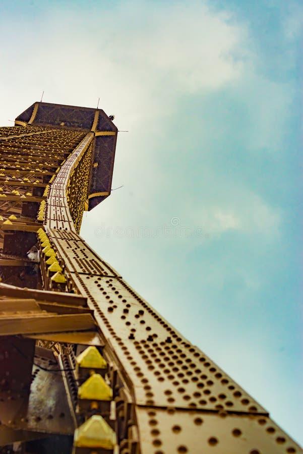 A parte superior da torre Eiffel como visto de baixo de imagens de stock