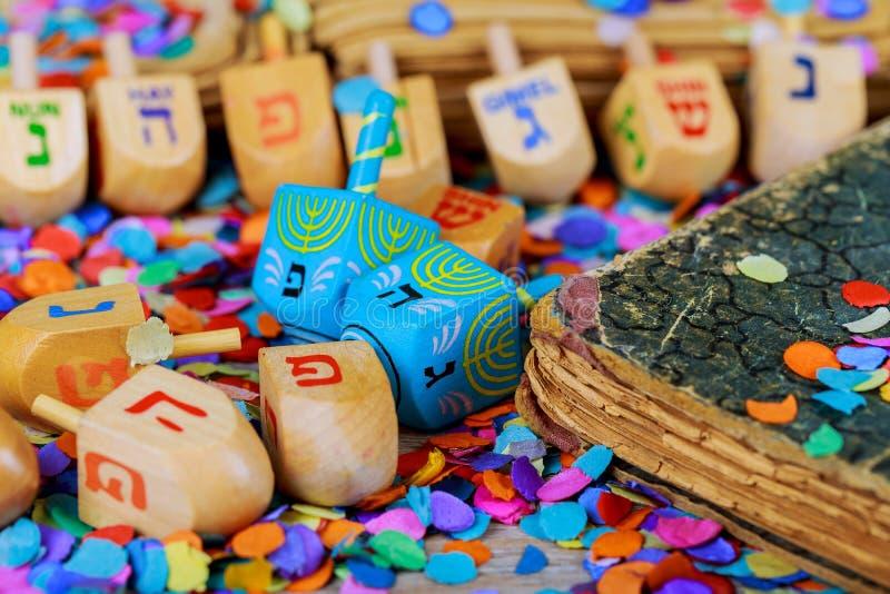 parte superior de giro de madeira dos dreidels para o feriado judaico de hanukkah sobre o fundo do brilho imagem de stock royalty free