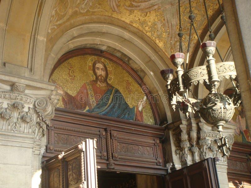 Parte superior de la entrada de un monasterio ortodoxo con el bosquejo en el mosaico de dios sofía bulgaria imagen de archivo libre de regalías