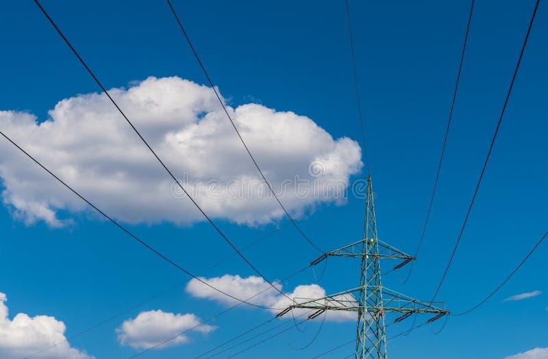 Parte superior de la torre de la transmisión en un fondo del cielo azul fotografía de archivo