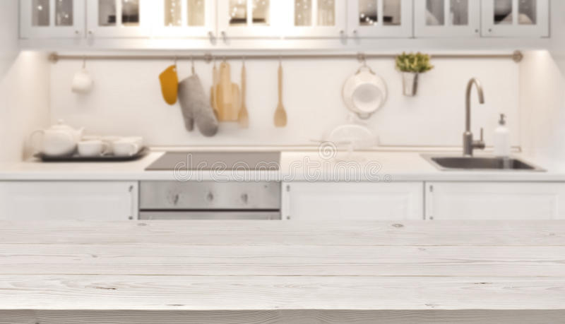 Parte superior de mesa de cozinha e fundo do borrão de cozinhar o interior da zona foto de stock royalty free