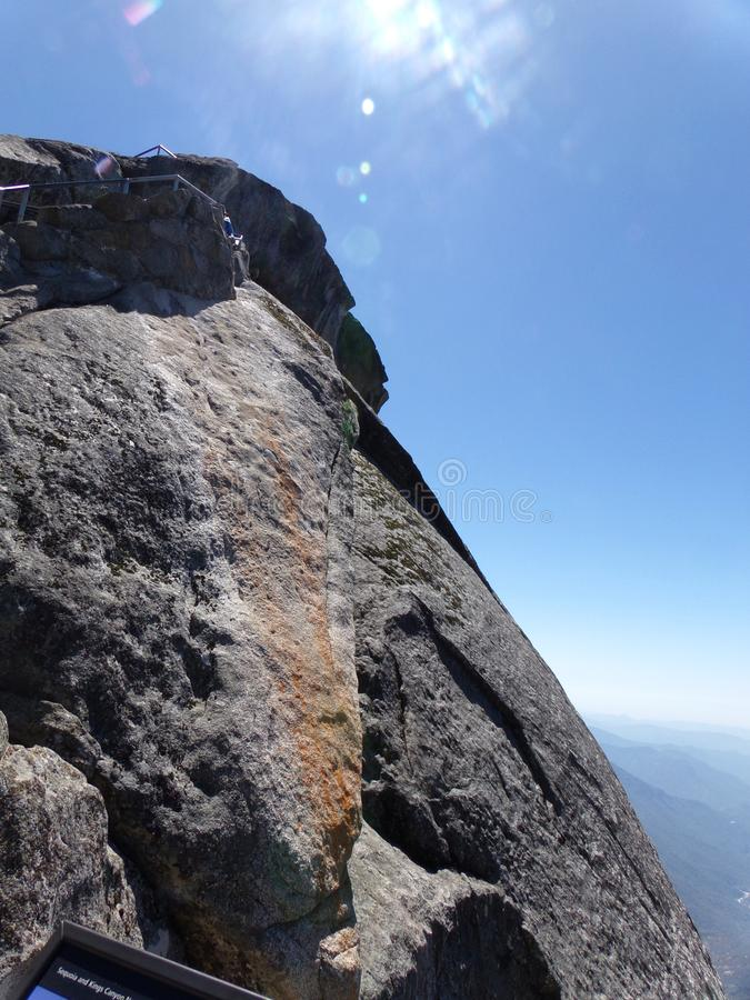 Parte superior de Moro Rock e de sua textura da rocha contínua - parque nacional de sequoia, Califórnia, Estados Unidos fotografia de stock royalty free
