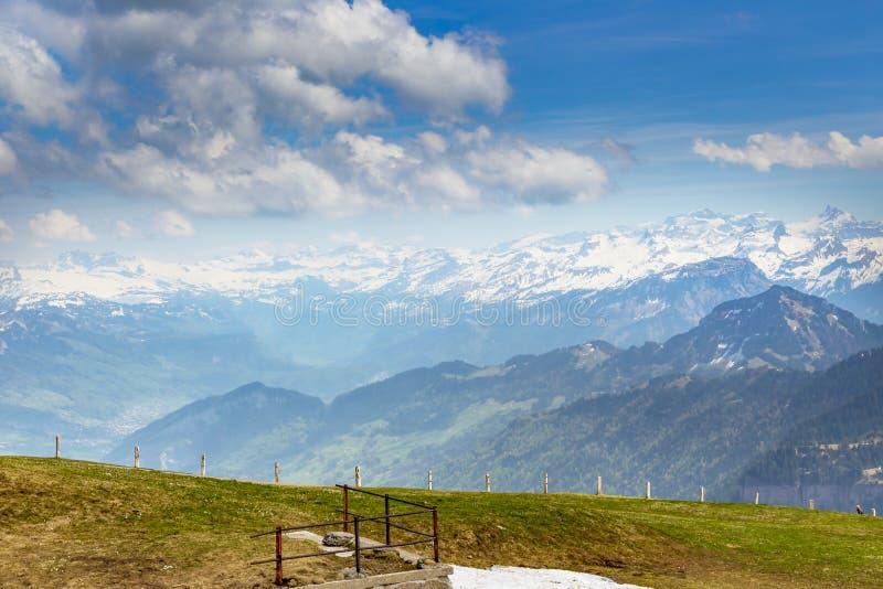 Parte superior de Suíça de Rigi Kulm Luzern com Mountain View da neve dos cumes imagem de stock