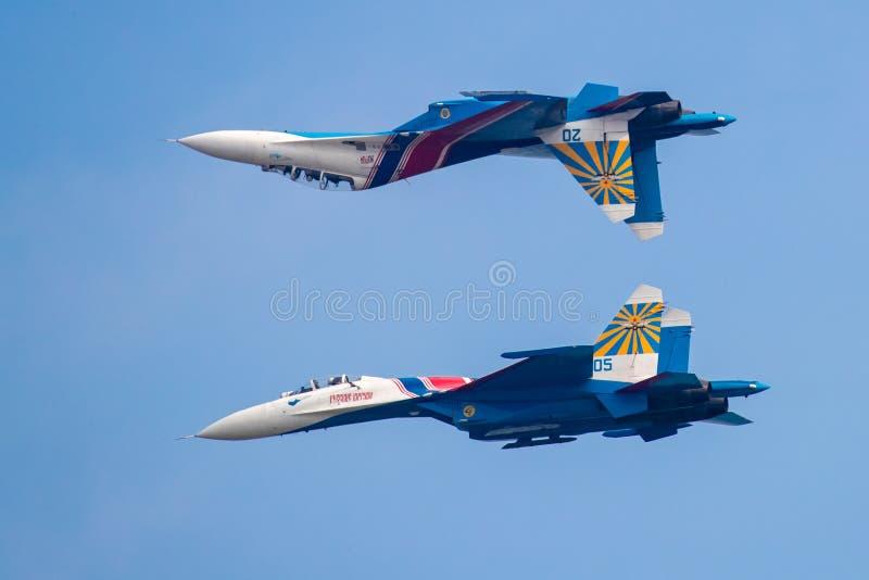 Parte superior de Su-27UB & perfrom SU-27 de volta ao voo traseiro em Airshow China 2016 imagens de stock