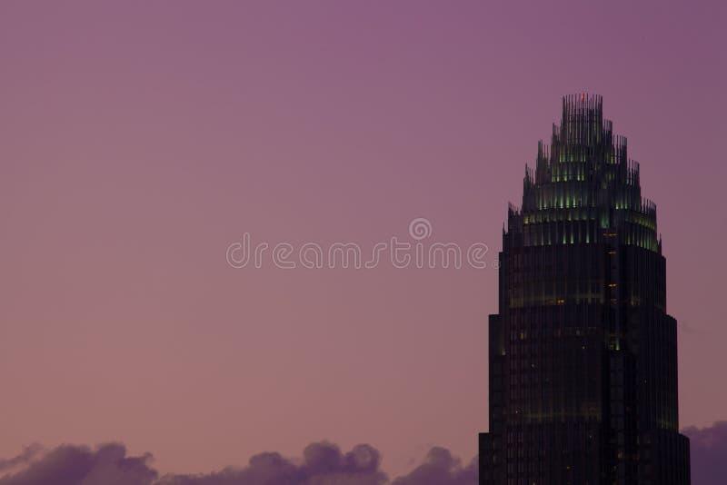 Parte superior de um arranha-céus de Charlotte NC no crepúsculo imagens de stock