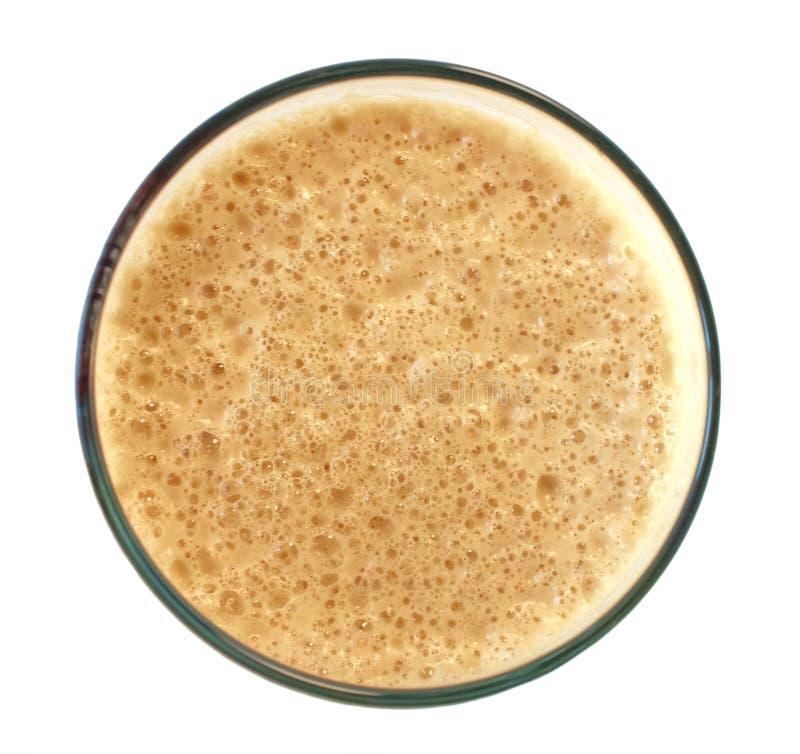 Parte superior de uma cerveja robusta escura isolada no branco fotos de stock royalty free