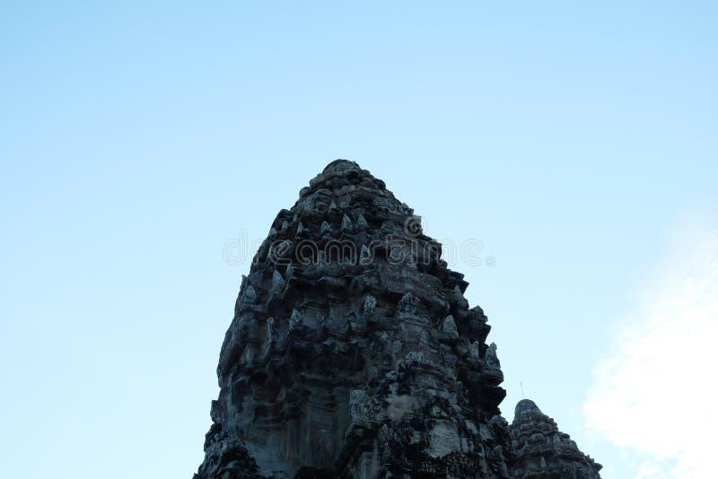 A parte superior de uma das torres do complexo do templo de Angkor A arte arquitetónica do Khmer antigo imagens de stock royalty free