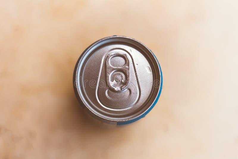Parte superior de uma lata ou de uma soda de cerveja Fundo borrado imagens de stock