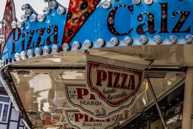 Parte superior de una carretilla de la pizza en el festival de la ciudad en la ciudad vieja foto de archivo
