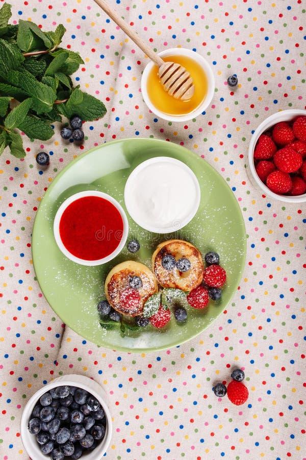 Parte superior do café da manhã da panqueca do requeijão abaixo da configuração lisa fotos de stock