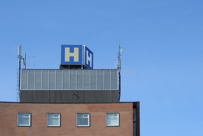 Parte superior do edifício do hospital foto de stock royalty free