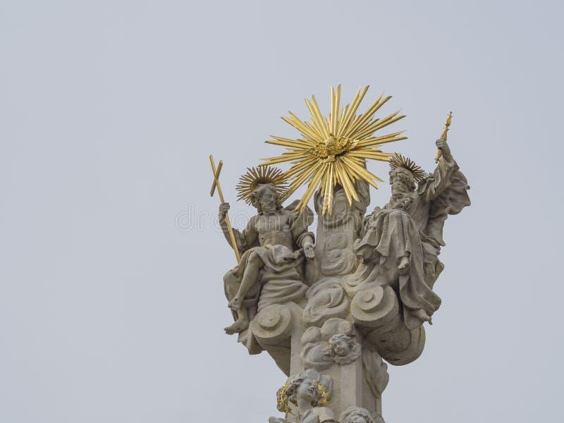 Parte superior do monumento barroco da coluna do praga com St Peter e Saint imagens de stock royalty free