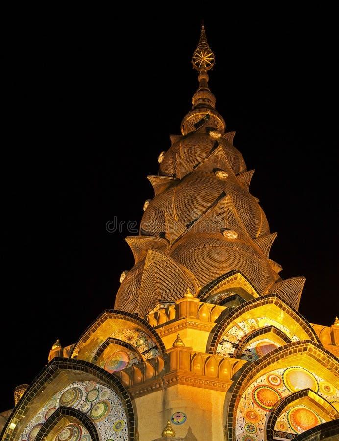 Parte superior do pagode do ouro, templo público na cena de Phetchabun Thailand_Night foto de stock royalty free