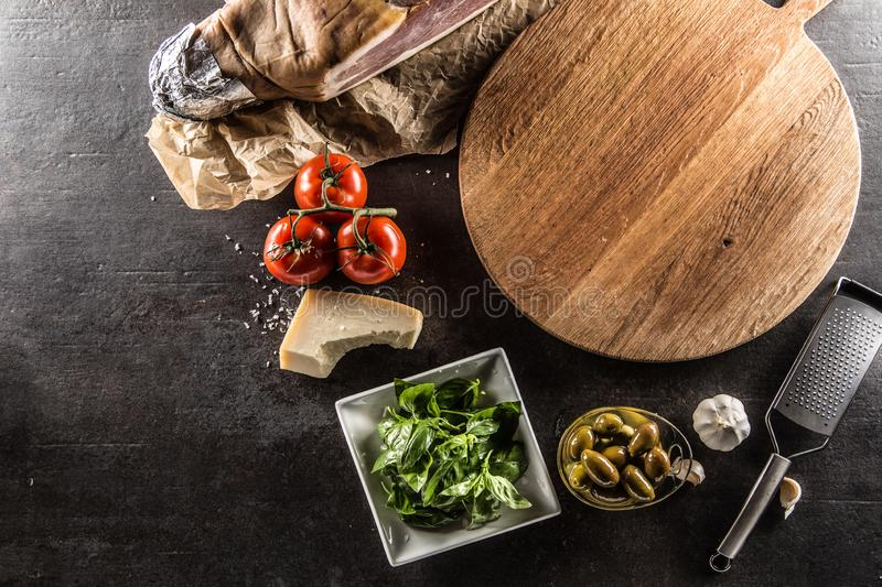 Parte superior do parme vazio da manjericão do alho das azeitonas dos tomates da placa da pizza da vista imagens de stock royalty free