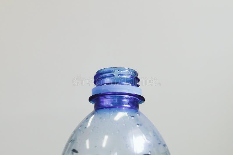 Parte superior do pescoço plástico azul da garrafa de água sem tampão imagens de stock