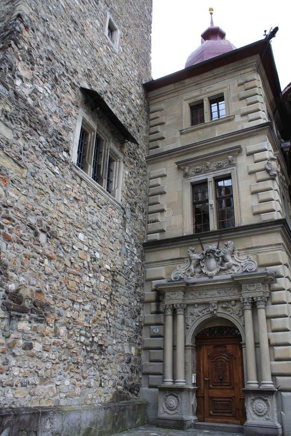 Parte superior do salão de Rathaus na lucerna, Suíça com o pulso de disparo o mais velho da cidade construído por Hans Luter em 1 fotos de stock